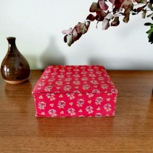 Boite ancienne motif floral rouge 1