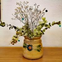 Pot en terre beige motif floral