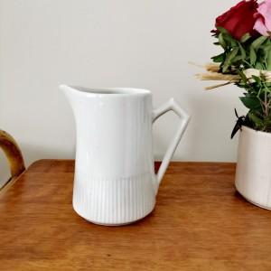 Pichet ancien en céramique blanche