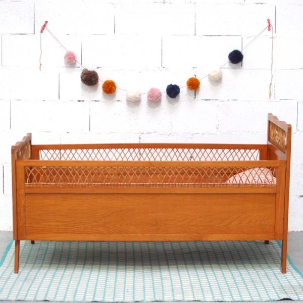 lit b b vintage en bois et rotin. Black Bedroom Furniture Sets. Home Design Ideas
