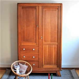 armoire vintage avec penderie tag res et tiroirs. Black Bedroom Furniture Sets. Home Design Ideas