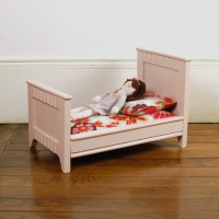 Petit lit de poupée rose