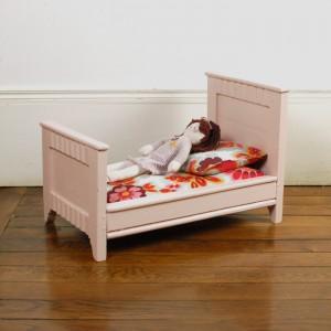 Petit lit de poupée rose 1