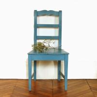 Chaise patinée bleue