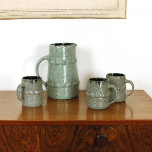 Pichet et mugs en céramique