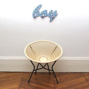 Petit fauteuil en plastique blanc cassé