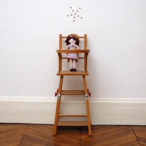 Chaise haute de poupée ancienne