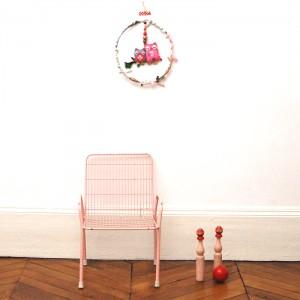 Chaise en métal rose